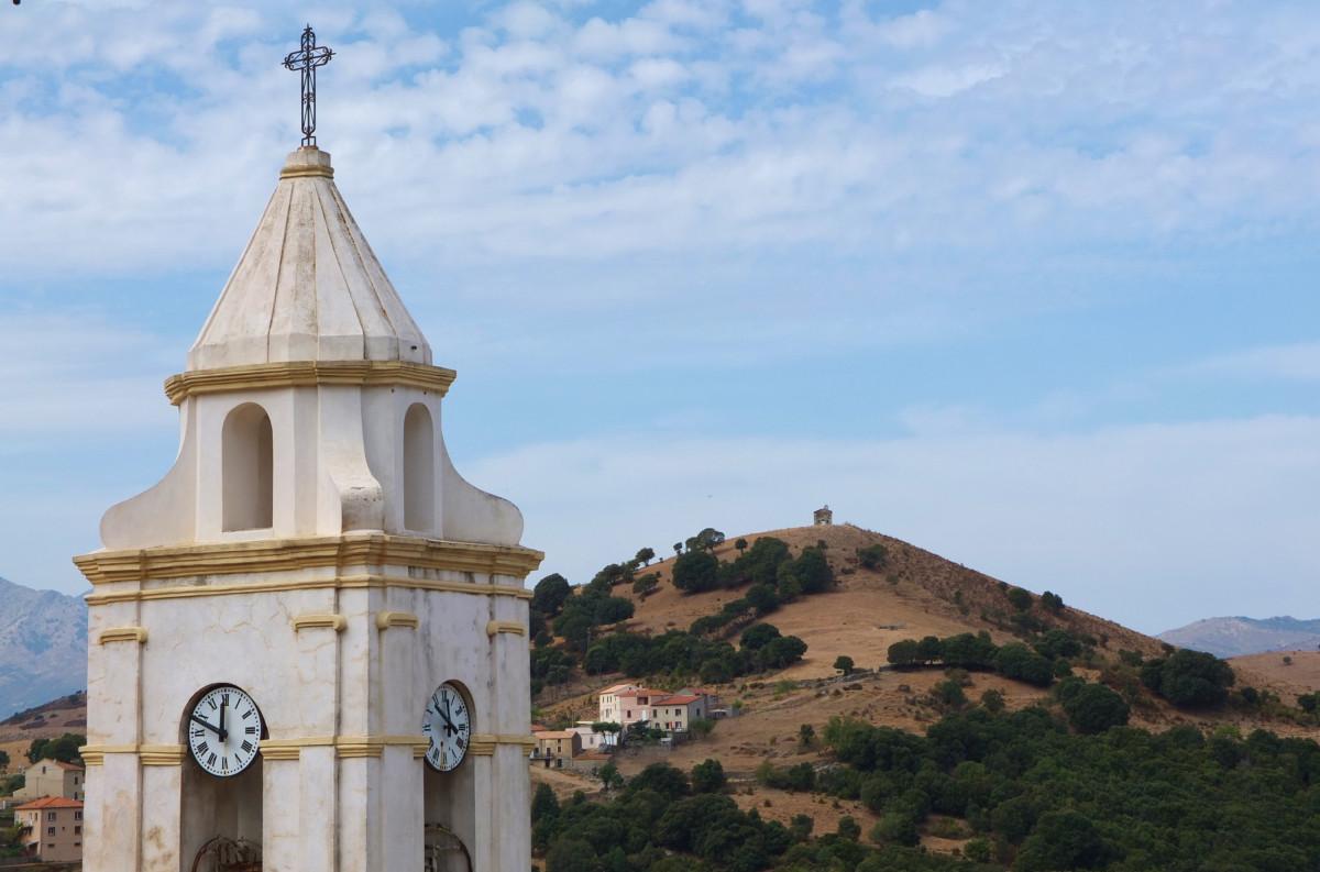 Ein Blick von Kirche zu Kapelle