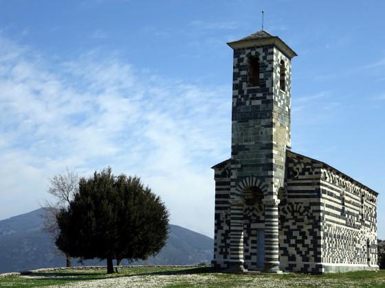 San Michele de Muratu auf Gänseblümchenwiese ...